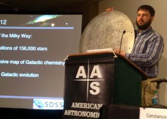 """Uno delle migliaia di piatti """"usa e getta"""" in alluminio utilizzati per le osservazioni (ciascuno con circa mille fori per ospitare altrettante fibre ottiche) è stato mostrato alla stampa durante la conferenza di presentazione dei dati"""