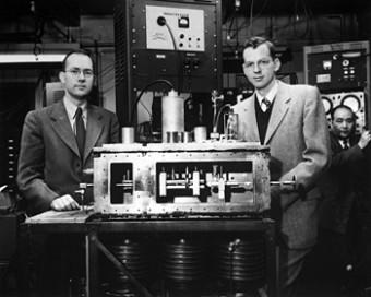 Charles H. Townes (a sinistra) eJames P. Gordon mostrano il secondo amplificatore di microonde, o maser, che costruirono nel 1955 insieme a H. J. Zeiger Credits: American Physical Society)