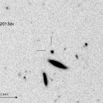 La supernova SN 2013dx e la sua galassia ospite, evidenziata dai due tratti perpendicolari, ripresa dallo strumento FORS2 del telescopio VLT dell'ESO il 27 luglio del 2013. Due galassie compagne sono ben visibili visibili a sud della sorgente