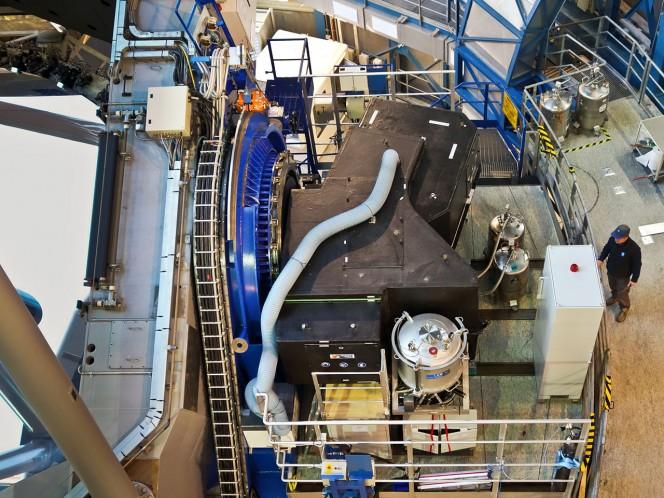 Lo strumento SPHERE installato sull'UT 3 (Unit Telescope 3) del VLT dell'ESO. Lo strumento è la scatola nera, sulla piattaforma a lato del telescopio. Crediti: ESO/J. Girard