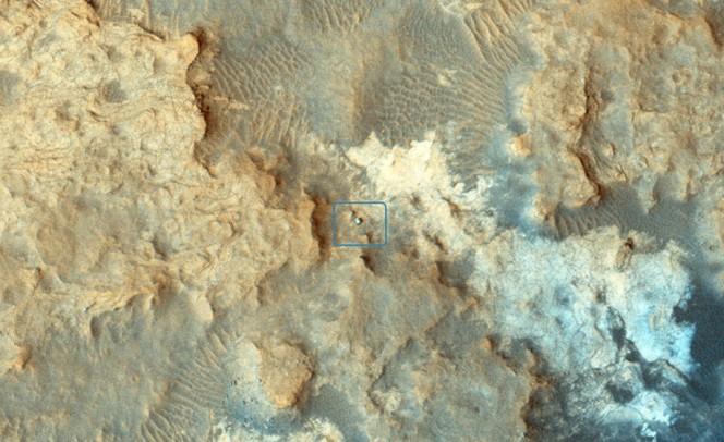 "Si può distinguere il rover Curiosity sulle ""Pahrump Hills"" in questa immagine ripresa il 13 dicembre 2014 dalla camera High Resolution Imaging Science Experiment (HiRISE) a bordo del satellite NASA Mars Reconnaissance Orbiter. Crediti: NASA/JPL-Caltech/Univ. of Arizona"