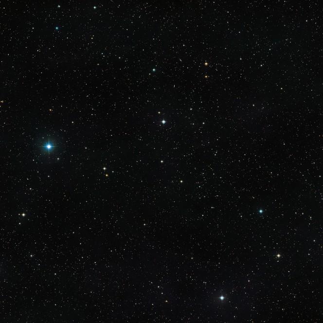 Questa immagine mostra il cielo intorno all'insolita stella doppia V471 Tauri. L'oggetto stesso è visibile come una stella qualunque, di moderata luminosità, al centro dell'immagine. Questa immagine è stata ottenuta dai dati della DSS2 (Digitized Sky Survey 2). Crediti: ESO/Digitized Sky Survey 2
