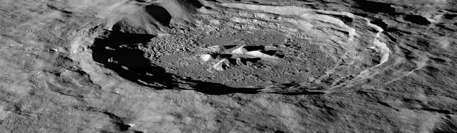 Il cratere lunare Hayn, a nord est del Mare Humboldtianum, illuminato dal Sole. Sono ben evidenti le lunghe ombre che in alcune zone si proiettano fino sul fondo del cratere. Crediti: NASA/GSFC/Arizona State University