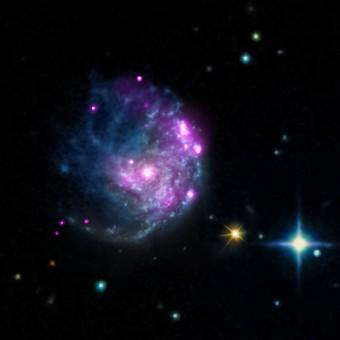 Un'immagine composta ottenuta dalla sovrapposizione di dati nella banda ottica e nei raggi X della galassia NGC 2276. Crediti: raggi X: NASA/CXC/SAO/M.Mezcua et al. & NASA/CXC/INAF/A.Wolter et al.; Ottico: NASA/STScI e DSS