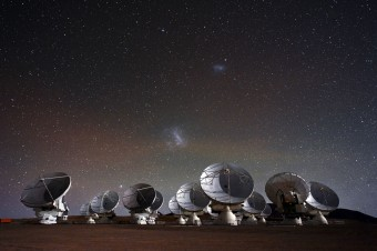 Situato sull'altopiano di Chajnantor, a un'altezza di 5000 metri, ALMA è attualmente il più potente telescopio per lo studio dell'Universo nella banda millimetrica e sub-millimetrica. Crediti: ESO/C. Malin
