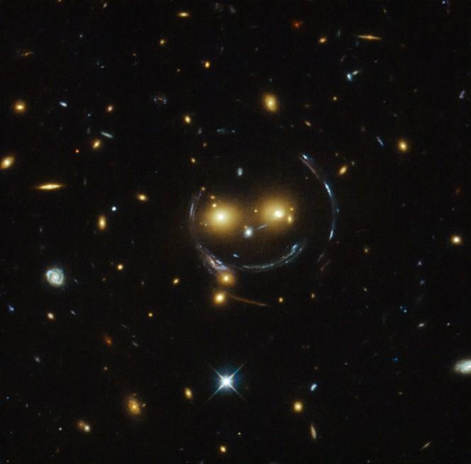 Complice il fenomeno delle lenti gravitazionali, Hubble Space Telescope ci regala il sorriso dell'ammasso di galassie SDDSS J1038+4849. Crediti: NASA / ESA.