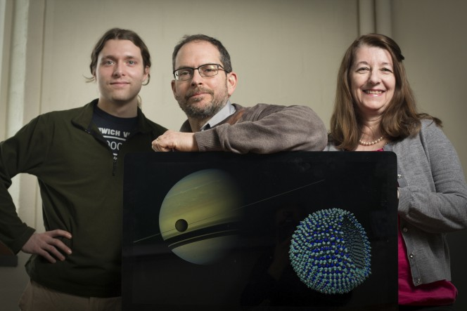 Paulette Clancy, James Stevenson e il direttore del Cornell's Center for Radiophysics and Space Research Jonathan Lumine. Crediti: Cornell University Photography.
