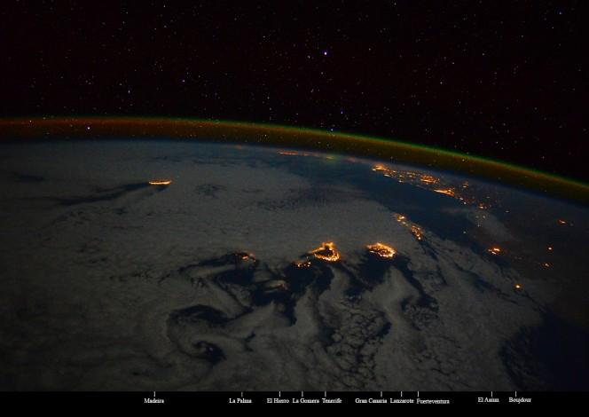 Le foto di Samantha Cristoforetti all'Isola di La Palma, sede del Telescopio Nazionale Galileo. Ben visibile l'airglow di colore verde-arancio, caratteristico dell'Ossigeno (OI) oltre i 100 chilometri di altezza, e le stelle sullo sfondo. Le scie che si formavano sulle Isole Canarie sono le scie di von Kármán che si formano in fluidodinamica. Crediti: Cristoforetti / NASA / ESA / ASI.