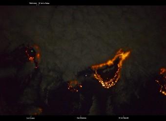 Una parte dell'Arcipelago delle Isole Canarie. Le nuvole coprono la parte orientale dell'Isola di La Palma (la prima sulla sinistra), fenomeno legato ai venti Alisei che tendono a creare formazioni nuvolose solo in quella parte dell'Isola. Il pallino verde indica la posizione del Telescopio Nazionale Galileo. Crediti: Cristoforetti / NASA / ESA / ASI.