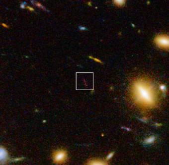 Veduta composita ottenuta con riprese in luce infrarossa dello strumento WFC3 montato sul telescopio spaziale Hubble della NASA/ESA e immagini in luce visibile. In primo piano è visibile l'ammasso di galassie Abell 1689. La remota galassia A1689-zD1, dietro di esso, è indicato nel riquadro. Crediti:ESO/J. Richard