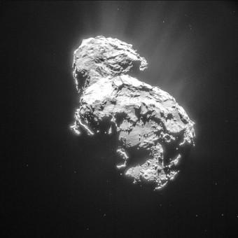 Il nucleo della cometa 67P/Churyumov-Gerasimenko (ripreso il 6 marzo scorso dalla navigation camera a bordo di Rosetta) che inizia a mostrare processi di attività attorno alla superficie. Crediti: ESA/Rosetta/NAVCAM