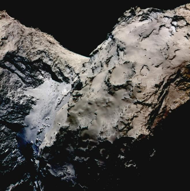 Immagine a falsi colori della zona Hapi di 67P/Churyumov-Gerasimenko realizzata dai dati della camera OSIRIS di Rosetta, catturati il 21 Agosto 2014 da una distanza di 70 km dalla cometa. L'immagine è stata realizzata componendo tre fotografie scattate nei filtri rosso,  verde e blu, per evidenziare il colore bluastro della luce riflessa dalla regione Hapi a confronto con il resto della cometa. Credits: ESA/Rosetta/MPS for OSIRIS Team MPS/UPD/LAM/IAA/SSO/INTA/UPM/DASP/IDA