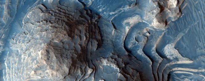 Vista ravvicinata del cratere Firsoff ottenuta di recente dalla camera HiRISE a bordo della sonda MRO della NASA. L'immagine copre circa 700 metri in lunghezza. Crediti: NASA / MRO / HIRISE / Jim Secosky