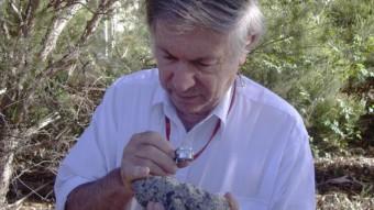 Andrew Glikson con un campione di suevite, una roccia in parte di materiale fuso che si forma dopo un impatto. Crediti: D. Seymour