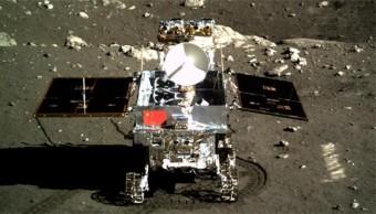 """Yutu, """"Coniglio di Giada"""", come appariva sulla superficie lunare nel December 2013. Trasportava quattro strumenti scientifici, tra cui un radar a penetrazione di suolo che ha scandagliato le stratificazioni al disotto del sito di atterraggio. Crediti: Chinese Academy of Sciences"""