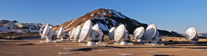 Alcune delle antenne di ALMA sul Plateau di Chajnantor, 5.000 metri sul livello del mare. Crediti: ALMA (ESO/NAOJ/NRAO)/W. Garnier (ALMA)
