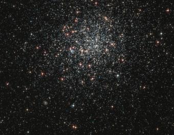 NGC1846, uno degli ammassi studiati da Goudfrooij e collaboratori, che da sempre è stato considerato il classico ammasso della Grande Nube di Magellano con evidenze di una notevole dispersione di età tra le stelle. Credit: NASA and The Hubble Heritage Team (STScI/AURA) Acknowledgment: P. Goudfrooij (STScI)