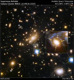 l'ammasso di galassie MACS J1149.6+2223, a oltre 5 miliardi di anni luce da noi, nella ripresa del telescopio spaziale Hubble ottenuta combinando i dati di tre mesi di osservazioni con la Advanced Camera for Surveys nel visibile e con la Wide Field Camera 3 nel vicino infrarosso. Nel riquadro è indicata l'immagine quadrupla della supernova dietro l'ammasso, meglio visibile nell'ingrandimento a destra. La supernova dista dalla Terra 9,3 miliardi di anni luce ed è stata scoperta per la prima volta l'11 novembre del 2014. Crediti: NASA, ESA, and S. Rodney (JHU) and the FrontierSN team; T. Treu (UCLA), P. Kelly (UC Berkeley), and the GLASS team; J. Lotz (STScI) and the Frontier Fields team; M. Postman (STScI) and the CLASH team; and Z. Levay (STScI)