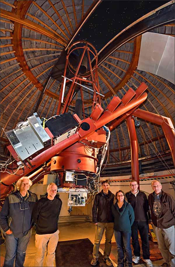 La squadra di ricercatori che lavora allo strumento NIROSETI all'interno della cupola del Lick Observatory. Da sinistra a destra: Remington Stone, Dan Wertheimer, Jérome Maire, Shelley Wright, Patrick Dorval e Richard Treffers. Foto di © Laurie Hatch