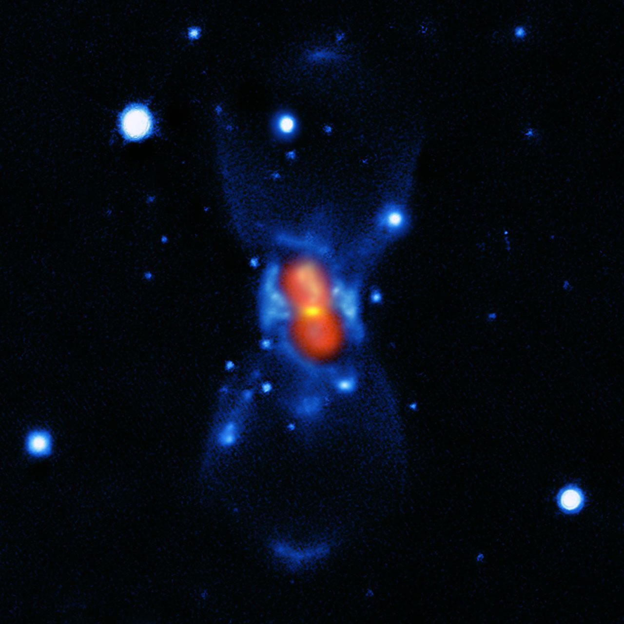 Questa immagine mostra ciò che rimane della nuova stella vista nell'anno 1670. È stata composta a partire da una combinazione di immagini in luce visibile del telescopio Gemini (in blu), una mappa submillimetrica di SMA che mostra la polvere (in verde) e la mappa dell'emissione molecolare di APEX e SMA (in rosso). La stella che gli astronomi europei videro nel 1670 non era una nova, ma un tipo molto più raro e violento di collisione stellare, abbastanza spettacolare da essere visibile facilmente a occhio nudo durante il primo scoppio. Invece, le tracce lasciate sono così deboli che era necessaria un'analisi accurata con telescopi nella banda submillimetrica per poter risolvere l'enigma, svelato finalmente più di 340 anni dopo. Crediti: ESO/T. Kamiński