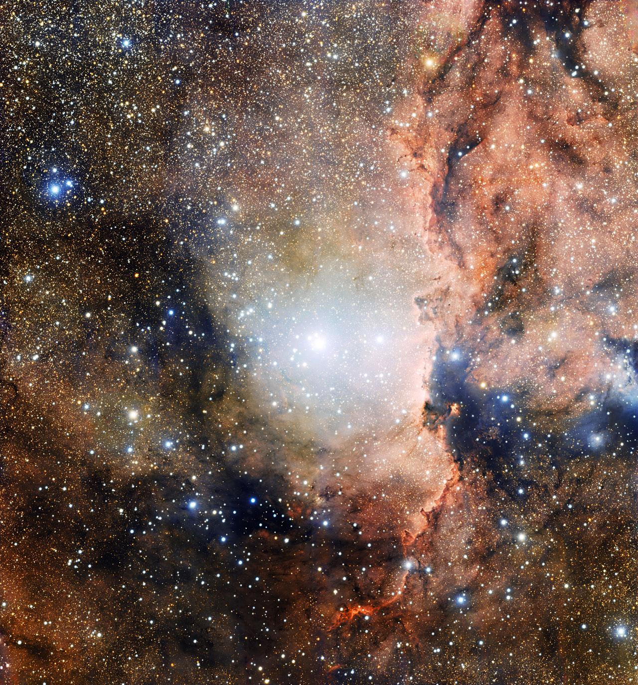Questa immagine, presa con lo strumento OmegaCAM installato sul VST (VLT survey telescope) all'Osservatorio del Paranal, mostra una sezione dell'associazione stellare OB1 dell'Altare. Nel centro dell'immagine si vede il giovane ammasso aperto NGC 6193, mentre sulla destra la nebulosa a emissione NGC 6188, illluminata dalla radiazione ionizzante emessa dalle vicine stelle brillanti. Crediti: ESO