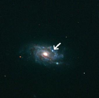SN2012EC indicata dalla freccia nella galassia NGC1084
