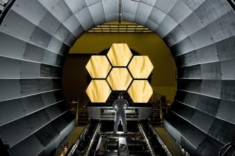 I primi 6 segmenti pronti per il lancio (dei diciotto complessivi) che comporranno lo specchio principale del JWST, in attesa degli ultimi test criogenici presso il  Marshall Space Flight Center della NASA. Crediti: NASA/MSFC/David Higginbotham