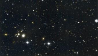 Immagine composita della regione PKS 1138-262 proveniente dall'archivio ACS/WFC (F814W and F475W) del telescopio spaziale Hubble. Questa è una delle regioni che ospitano protoammassi glattici osservate dallo strumento MOIRCS al telescopio Subaru. Credit: NAOJ/HST