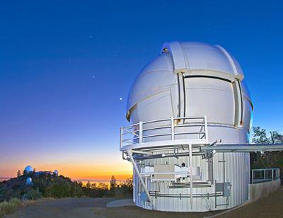 Nella foto l'Automated Planet Finder (APF), il telescopio robotico dell'Università della California. Si trova presso il Lick Observatory, sul monte Hamilton. Crediti: Laurie Hatch