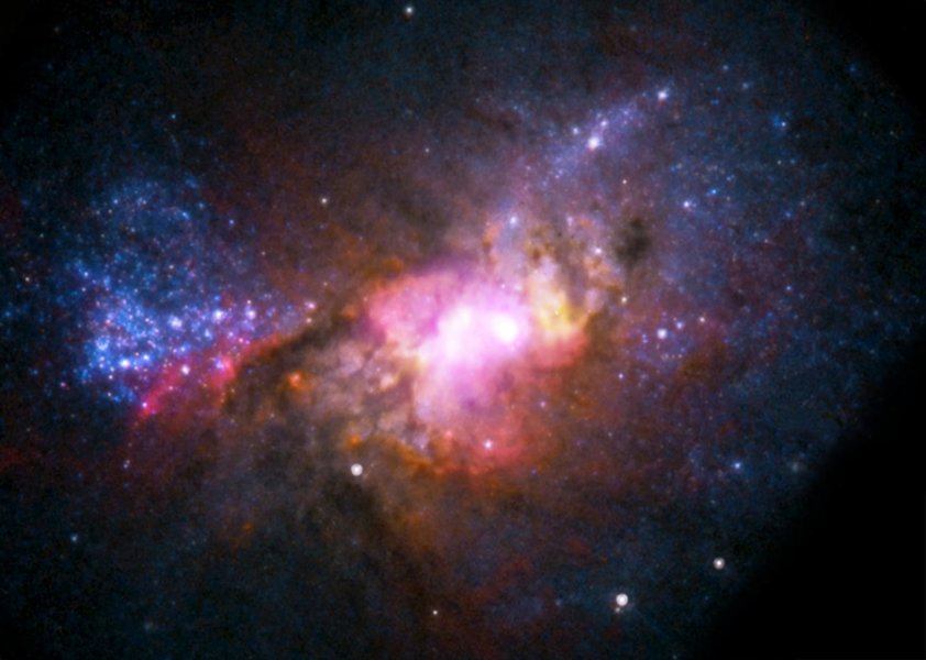 L'immagine è stata scattata dall'Hubble Space Telescope (NASA/ESA) che fra qualche giorno compirà 25 anni. Nella foto si vede la galassia Henize 2-10, che nasconde un buco nero supermassiccio. Crediti: NASA