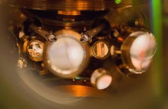 La camera da vuoto con gli atomi di stronzio e, in primo piano, i termometri di precisione. Crediti: Marti/JILA