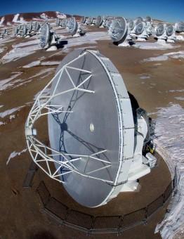Il radiotelescopio ALMA al lavoro. Crediti: EFE / Ariel Marinkovic