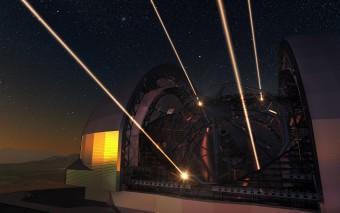 Rappresentazione artistica del telescopio E-ELT con in funzione i fasci laser del suo sistema di ottica adattiva. Crediti: ESO/L. Calçada/N. Risinger