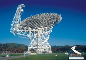 La parabola da 100 metri del radiotelescopio Robert C. Byrd Green Bank Telescope. Crediti: NRAO/AUI/NSF