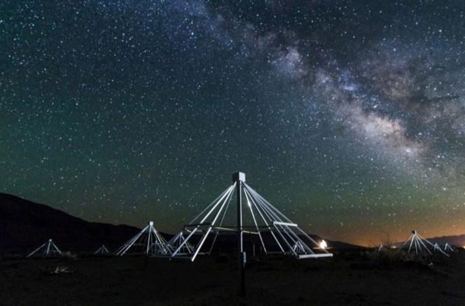 Uno scatto notturno di alcune delle antenne che compongono il radiotelescopio OV-LWA, con sullo sfondo il centro della nostra galassia. Crediti: Gregg Hallinan/Caltech