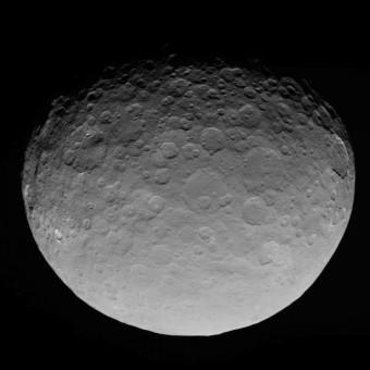 Questa immagine è un fotogramma del filmato realizzato da Dawn a Cerere il 4 Maggio 2015, dall'orbita RC3, da una distanza di 13600 Km dalla superficie del pianeta nano.  Crediti: NASA/JPL-Caltech/UCLA/MPS/DLR/IDA