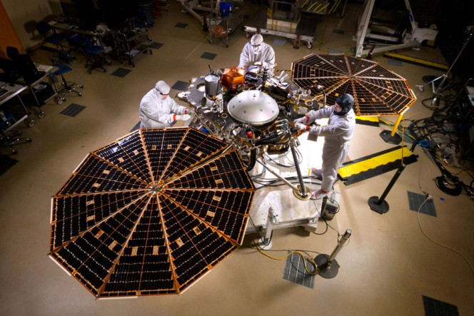 InSight lander NASA: scienziati e ingegneri al lavoro nella clean room dei Lockheed Martin Space Systems di Denver. Crediti: NASA / JPL-Caltech / Lockheed Martin.