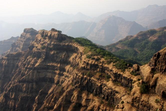 Nella fotografia, una parte dell'ammasso di 66 milioni di anni, frutto dei flussi di lava dei Trappi del Deccan nei pressi della città di Mahabaleshwar, in India. L'intero volume dei Trappi del Deccan potrebbe coprire una superficie grande quanto lo stato della California con uno strato di oltre un km di colata lavica. Crediti: Mark Richards