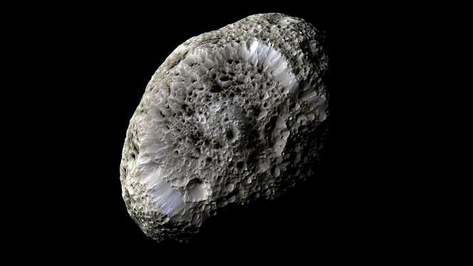 Questa immagine realizzata in falsi colori rappresenta la luna di Saturno Iperione. Dettagli nitidi e unici: la superficie è tutta frastagliata e pososa, come una spugna. Le differenze di colore potrebbero rappresentare una composizione differenziata dei materiali di superficie. L'immagine è stata ottenuta durante il flyby di Cassini il 26 settembre 2005. Crediti: NASA/JPL/Space Science Institute