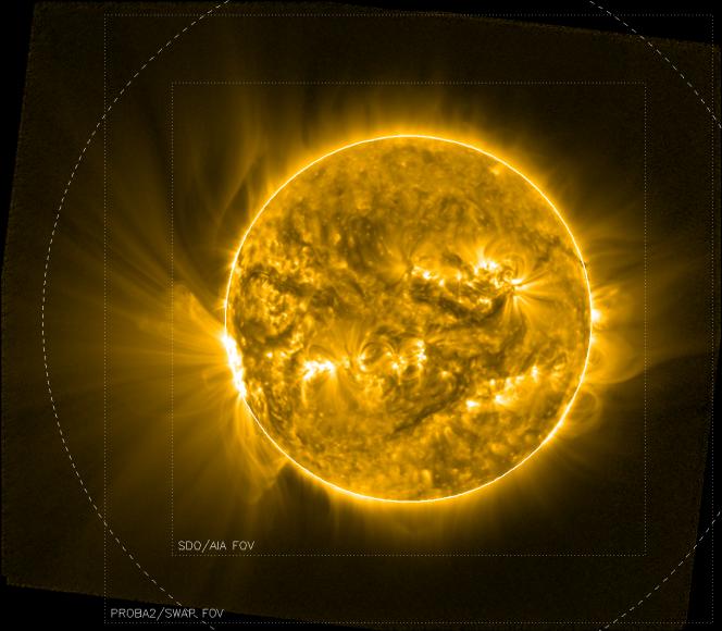 L'immagine mostra l'enorme struttura a ventaglio associata ai bordi della regione attiva 12209 osservata da PROBA2 il 12 novembre scorso. I dati di PROBA2 sono stati combinati con immagini centrate del Sole per produrre un mosaico a campo largo. Le linee punteggiate indicano il campo di vista standard di SWAP, dello strumento AIA a bordo di SDO, mentre la linea tratteggiata indica una distanza di due raggi solari, mostrando le dimensioni della struttura a ventaglio. Crediti: Royal Observatory of Belgium
