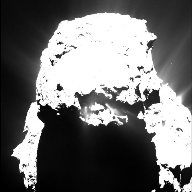 Quest'immagine della cometa di Rosetta è stata raccolta il 25 aprile 2015 da una distanza di circa 93 km e presenta getti di polvere chiaramente distinguibili lungo zone dove il Sole era già tramontato. Crediti: ESA/Rosetta/MPS for OSIRIS Team MPS/UPD/LAM/IAA/SSO/INTA/UPM/DASP/IDA