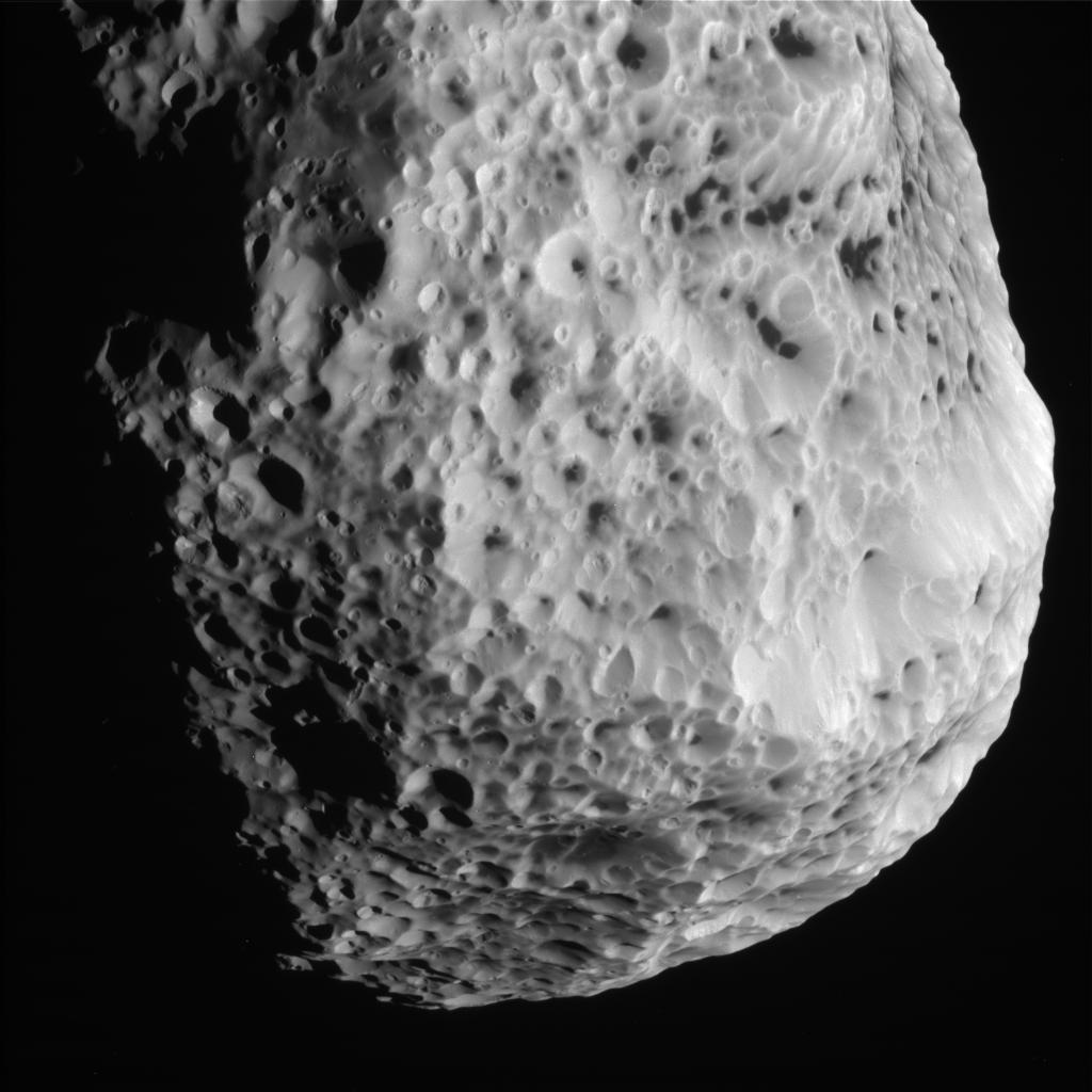 Immagine scattata da Cassini alla luna Iperione durante l'ultimo flyby dello scorso 31 maggio. Crediti: NASA/JPL-Caltech/Space Science Institute
