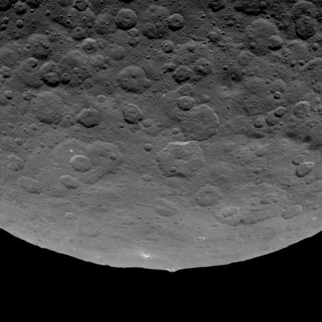 In questa immagine Dawn mostra una particolare montagna sporgere da un'area piuttosto pianeggiante. Gli esperti credono che sia alta circa 5 chilometri. L'immagine è stata scattata lo scorso 14 giugno. Crediti: NASA/JPL-Caltech/UCLA/MPS/DLR/IDA