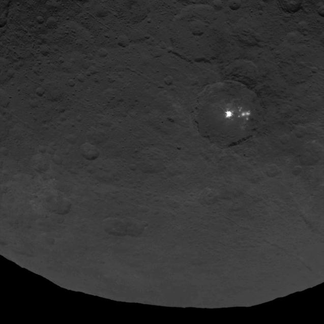 Le macchie luminose su Cerere. L'immagine è stata scattata dalla sonda Dwan lo scorso 9 giugno da una distanza di 4400 chilometri. La risoluzione dell'immagine è 410 metri per pixel. Crediti: NASA/JPL-Caltech/UCLA/MPS/DLR/IDA
