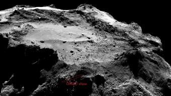 L'attuale ellisse di CONSERT da 16 x 160 m sovrapposta ad un'immagine della camera ad angolo stretto di OSIRIS della stessa regione. La posizione e la dimensione dell'ellisse non sono precise a livello di pixel, e potrebbero cambiare in seguito a ulteriori analisi dei dati CONSERT e con modelli più dettagliati per la forma della cometa. L'immagine è stata ottenuta da una distanza di circa 18 km dalla superficie della cometa il 13 dicembre 2014. La risoluzione è di circa 34 cm per pixel. Crediti: Ellisse: ESA/Rosetta/Philae/CONSERT; Immagine: ESA/Rosetta/MPS per il team OSIRIS MPS/UPD/LAM/IAA/SSO/INTA/UPM/DASP/IDA