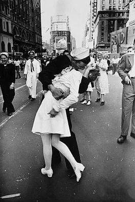 La leggendaria foto di Alfred Eisenstaedt, scattata a Times Square il 14 agosto 1945. Crediti: Life Magazine