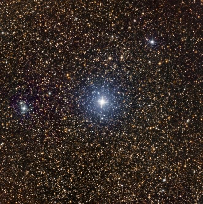 V1369 Cen è stata scoperta da John Seach il 2 Dicembre 2013. L'immagine in figura è stata ottenuta da Haberfield, Australia, sommando tre singole pose riprese nelle notti del 31 Dicembre 2013, e del 13 e 14 Gennaio 2014, quando la nova scese da una magnitudine di 3.3 ad una di 4.5 (cortesia Peter Velez)