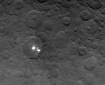 Le macchie più brillanti presenti sul pianeta nano Cerere. Immagine scattata dalla sonda Dawn della NASA il 6 giugno 2015. Crediti: NASA/JPL-Caltech/UCLA/MPS/DLR/IDA