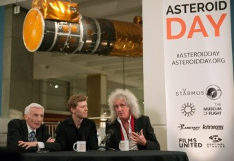 Sir Martin Rees, Grigoriy Richters e Brian May alla presentazione dell'Asteroid Day