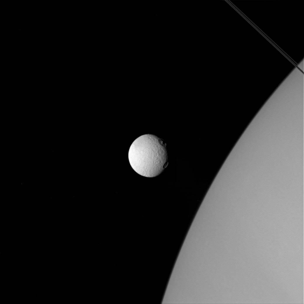 La luna Teti e Saturno Crediti: NASA/JPL-Caltech/Space Science Institute